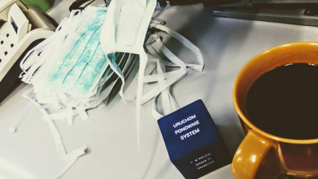 maseczki kostka-wyrocznia i kawa